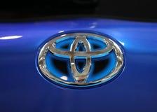 Closeup för Toyota metaclogo på den Toyota bilen som visas på den 3rd upplagan av MOTO-SHOWEN i Cracow Polen Arkivfoton