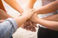 Closeup förenade händer på havsbakgrunden Kamratskap teamwork arkivfoto