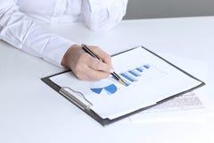 closeup femme d'affaires vérifiant des graphiques de vente Image libre de droits