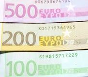 Closeup för hundra, tvåhundra och femhundra euroräkningar grund fokus Arkivbild