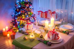 Gorgeous Christmas table setting with green and white decoration Royalty Free Stock Photography