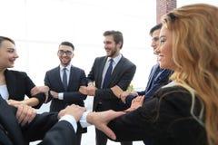 closeup Gruppo di affari che mostra la loro unità Immagine Stock