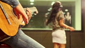 Closeup Guy Plays Guitar Girl Sings på repetitionen i studio stock video
