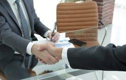 closeup handskakning mellan den finansiella chefen och klienten Royaltyfria Foton