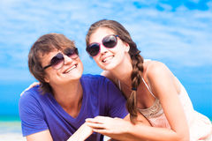 Closeup of happy young couple in sunglasses on Stock Photos
