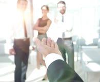 closeup homme d'affaires donnant la main pour une poignée de main images stock