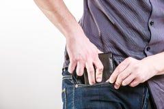 closeup Homme négligent mettant le portefeuille dans sa poche vol Photo libre de droits