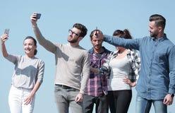 closeup i dag ungdomartar f?r ` s selfies arkivfoton
