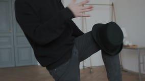 closeup Il nero d'uso del tipo bello di passione, coreografia autentica ballante con il cappello Mette il cappello sul ginocchio  video d archivio