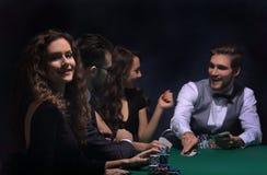closeup joueurs de poker s'asseyant à une table de casino Photographie stock libre de droits