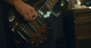 Closeup 4K av fingrar som spelar en elektrisk gitarr i en hem- studio arkivfilmer