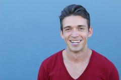 Closeup kantjusterad stående, unga sunda mantänder, kanter och leende Över blåttbakgrund arkivfoton