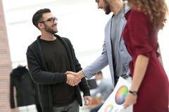 closeup la poignée de main entre le concepteur et le client Photo libre de droits