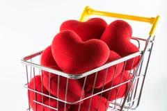 Closeup många röda hjärtor i shoppingvagn Royaltyfri Foto