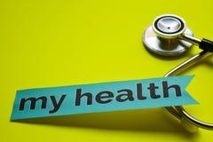 Closeup min hälsa med stetoskopbegreppsinspiration på gul bakgrund royaltyfri bild