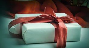 closeup Molti bei contenitori di regalo Su bianco Fotografie Stock