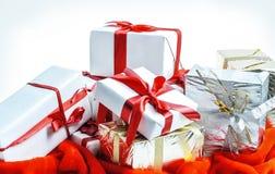 closeup Molti bei contenitori di regalo Su bianco Fotografie Stock Libere da Diritti
