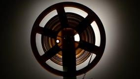 closeup Nastro veloce di rewind sul vecchio retro proiettore del cinema video d archivio