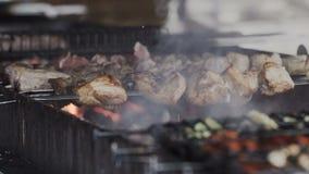 closeup No espeto tradicional Carne de porco fritada na grade Carne grelhada deliciosa barbecue vídeos de arquivo