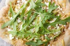 Closeup och bästa sikt av vegetarisk pizza med olika sorter av ost, arugula och sås royaltyfri fotografi