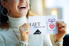 Free Closeup On Smiling Modern Woman Holding Gift Certificate Royalty Free Stock Image - 173171166