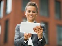 Closeup på affärskvinnan som använder tabletPCEN Royaltyfri Foto