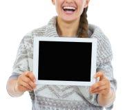 Closeup på att le för visningminnestavla för ung kvinna skärmen för PC den tomma Arkivbilder