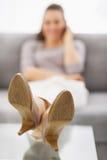 Closeup på ben av den talande mobiltelefonen för kvinna Royaltyfria Foton