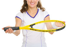 Closeup på den kvinnliga tennisspelaren som ger racket Fotografering för Bildbyråer