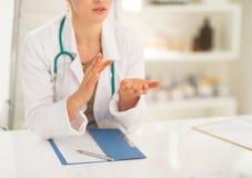 Closeup på den medicinska doktorn som förklarar något Arkivfoto