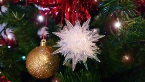 Closeup på den mellersta delen av den konstgjorda julgranen med den härliga julprydnaden med den guld- runda bollen och den vita  royaltyfri bild
