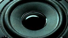 Closeup på den rörande under-bashögtalaren Högtalaredelmusik stock video