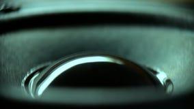 Closeup på den rörande under-bashögtalaren Högtalaredelmusik lager videofilmer