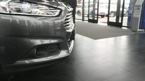 Closeup på en billykta av ett mörker - grå bil stock video