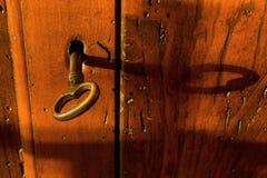 Closeup på ett nyckel- på en träbröstkorg Royaltyfria Foton