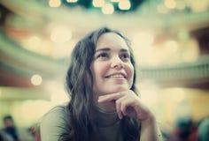 Closeup på glad le kvinna tillfredsställd teater royaltyfri fotografi