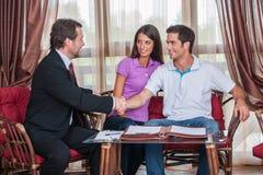 Closeup på handshaking för två man till undertecknad överenskommelse Royaltyfria Bilder