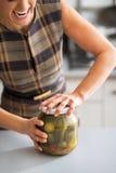 Closeup på kvinnaöppningskruset av inlagda gurkor Arkivfoton