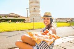 Closeup på kvinnan som ger pizza i Pisa Royaltyfri Bild