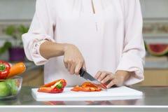 Closeup på kvinnan som klipper nya grönsaker Royaltyfri Fotografi
