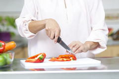 Closeup på kvinnan som klipper nya grönsaker Arkivbild