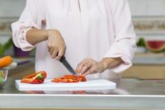 Closeup på kvinnan som klipper nya grönsaker Fotografering för Bildbyråer