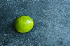 Closeup på limefrukt på stensubstraten Royaltyfria Foton