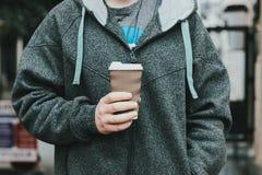 Closeup på mannen som rymmer den pappers- koppen Arkivfoton