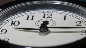 Closeup på roterande långsamt klockaframsida med snabba rörande klockahänder arkivfilmer
