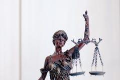 Closeup på skulptur av den themis-, femida- eller rättvisagudinnan på vit Arkivfoton