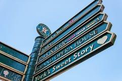Closeup på turist- teckenstolpar i stad av York, UK Arkivbilder