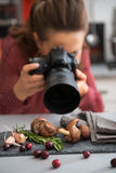 Closeup på den kvinnliga matfotografen som tar fotoet Arkivfoto