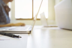 Closeup pen and blur background of meeting startups Royalty Free Stock Images