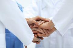 closeup Petit groupe de mains de jointure d'équipe de docteur, Images stock